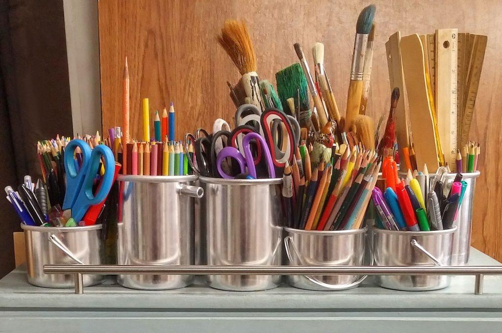crayons de couleurs dans des boites métalliques